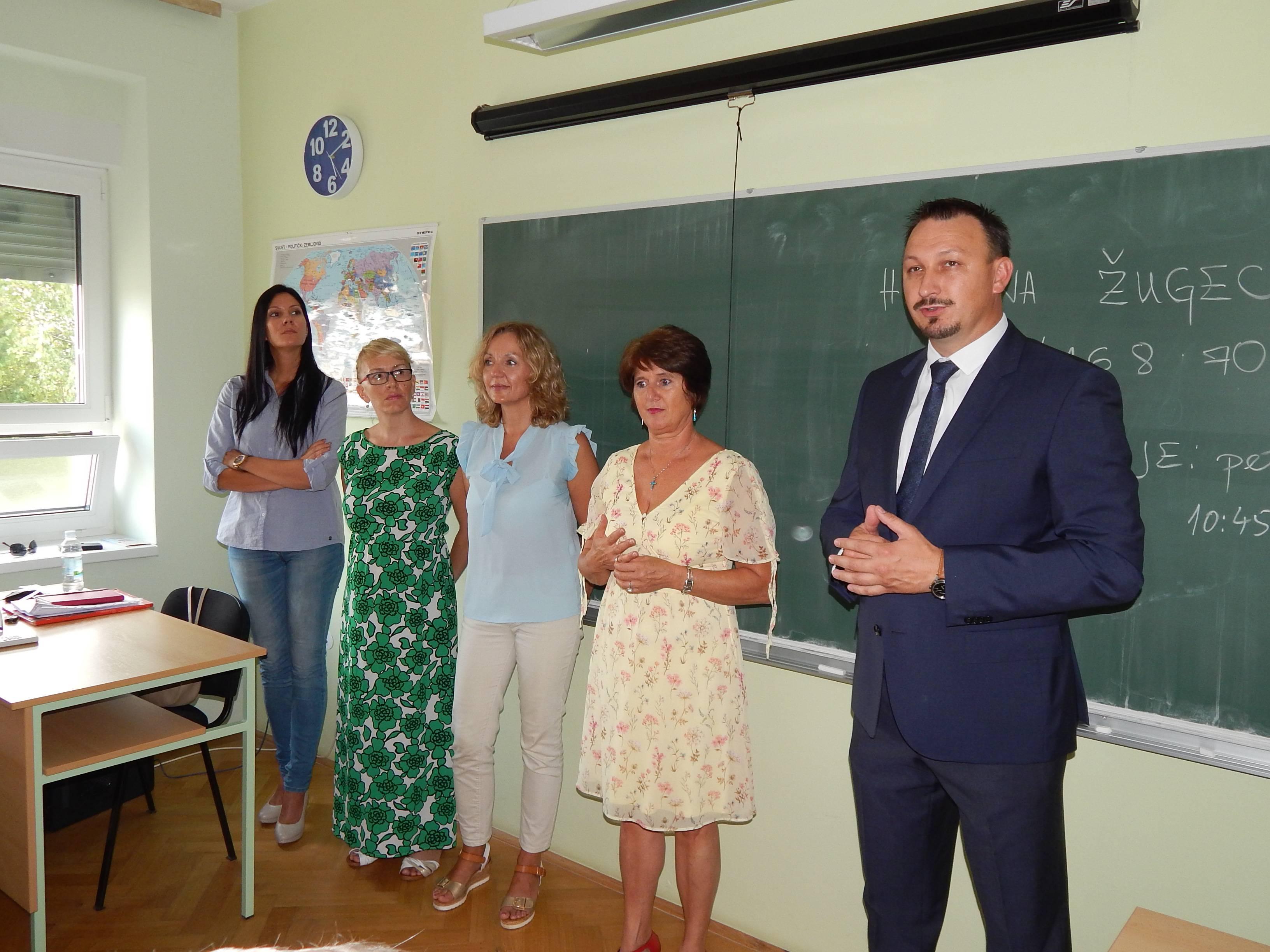 de7db23055c9 Gradonačelnik podijelio besplatne udžbenike učenicima 1. razreda Srednje  škole Novi Marof